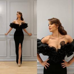 Off ombro vestidos longos fenda on-line-Vestido de Noite preto Muçulmano 2020 Sereia Fora do Ombro Mangas Curtas Organza Ruffles Alta Fenda Islâmico Dubai Saudita Árabe Longo Prom Vestidos