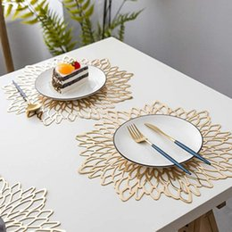 Mantel de oro online-38 * 38 cm Material de PVC Placemat Hollowed Gold Stamping Placemat Hibiscus flores forma única para la decoración del hogar mesa de comedor