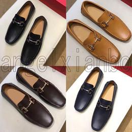 2019 zapatillas negras Diseñador superior suave regalo de zapatos de cuero del ocio hombres Doug moda zapatos de alta calidad hebilla de metal Resbalón-en el famoso hombre de la marca de los holgazanes perezosos Falts