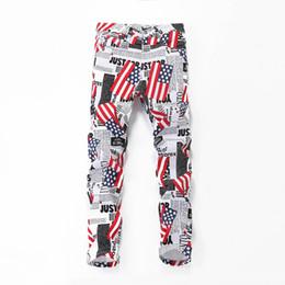 Banderas frescas online-2019 ocasional de la manera de Hip Hop Delgado jeans para hombres Pantalones Lápiz fresco de la bandera americana Carta Blanca de impresión más el tamaño