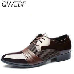 sapatos confortáveis para homens Desconto Qwedf 2019 novo dos homens sapatos de couro vestido de moda homens sapatos de casamento confortável respirável dos homens banquete f1-32