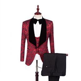 Jacquard rojo Esmoquin de boda Slim Fit trajes para hombres Padrinos de boda traje de tres piezas barato Prom trajes formales (chaqueta + pantalones + chaleco + corbata) 024 desde fabricantes
