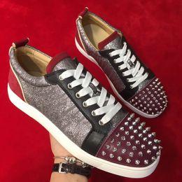 Materiale in pelle rossa online-New Fashion Multicolored Red Bottom Spikes Scarpe basse in morbida pelle lucida e morbide scarpe con fondo morbido