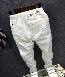 Chicos agujeros jeans online-Niños Broken Hole pantalones pantalones 2018 pantalones vaqueros Niños bebés Marca Moda otoño 2-7Y blancas para niños Ropa para niños AQ811