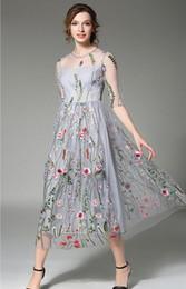 knielänge jeanshemd kleid Rabatt Böhmische Blume besticktes Kleid Abendgesellschaft Blumenkleider wunderschöne halbe Ärmel schiere langes Kleid