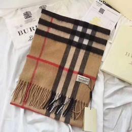 dos homens elegantes e mulheres de lã com franjas cachecol xale mais de uma variedade de letras impressas outono e inverno lenços pode ser atacado de