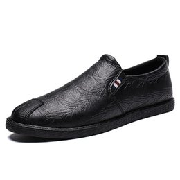 Pedale coreano online-neujge mocassini Net scarpe casual rosse da uomo tinta unita versione coreana della moda semplice un pedale pigro scarpe da uomo 118303