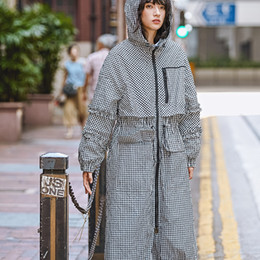 Chic Frühling Herbst Mode Langarm Graben Rüschen Schwarz Weiß Plaid Reißverschluss Mit Kapuze Tunika Mantel Lange Windjacke für Frauen von Fabrikanten