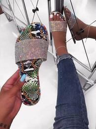 Pantoufles plates en strass en Ligne-strass de 2019 nouvelles femmes de flip plage sauvage de la mode tongs sandales en plein air à fond plat de diamants lumineux pour les femmes