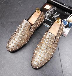 Chaussures habillées homme noir en Ligne-Hot Sale-Man bout pointu robe chaussure designer italien mens robe chaussures doré noir luxe chaussures de mariage rivet appartements bureau pour homme 26