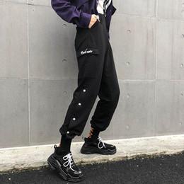 botão de calças de cintura alta Desconto Hip Hop Preto Calças Pista Capris Streetwear Calças De Algodão Das Mulheres Elasitc Cintura Alta Calças Femininas Botões Dividir Lado