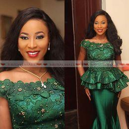 Laço esmeralda vestido de noite frisado on-line-Plus Size 2019 Frisado Esmeralda Verde Cetim Mãe dos Vestidos de Noiva Applique Lace Peplum Formal Vestido de Noite Sereia Convidados Do Casamento Vestidos
