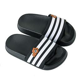 Hausschuhe tragen online-Sommer Kinder Hausschuhe Streifen Casual Kinder Strand Schuhe Bär Anti Slip Soft Outdoor Bad Barfuß Hausschuhe Für Jungen Mädchen