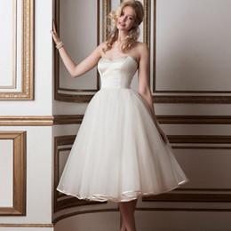 2019 graduação vestidos clássicos Clássico Adorável Branco Ruched Satin e Organza Vestidos Graduação Strapless Lady Vestidos Querida vestido de festa com botões forrados graduação vestidos clássicos barato