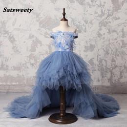 Dusty Blue High Low Vestido largo de plumas Vestidos para niñas Apliques Vestido de niña de flores con volantes de perlas Fuera de hombro Vestido Comunion desde fabricantes