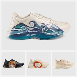 2019 cuero de onda BOX Zapatillas de deporte de cuero Rhyton para hombre más nuevas con zapatillas de fresa con estampado de boca ondulada Zapatillas de moda para papá Zapatillas de diseñador de lujo para mujer cuero de onda baratos