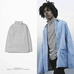 Suéter de punto de los hombres blancos online-Hip Hop hombres de punto suelto suéter raya negro blanco pullover hombres suéteres cuello alto estilo coreano Blusas Masculino ropa MY33