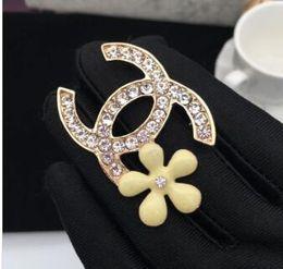 Famoso designer spille di cristallo caldo strass lettera spilla pin corpetto spille di lusso donne gioielli moda decorazione promozione costume da i costumi dei progettisti fornitori