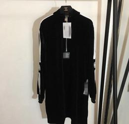 Hot New Designer Black Stand Collar de manga larga de terciopelo mujeres vestido letra bordado de la marca del mismo estilo Vestidos clásico desde fabricantes