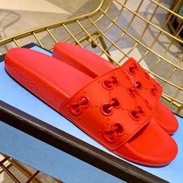 Homens De Borracha Escorregar Sandália 2019 Slides Verão Designer De Luxo Praia Interior Sandálias Planas Casa Chinelos Sandálias Chinelos Ampla Sandália Escorregadia de