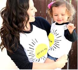 olhar para a família por atacado Desconto Mamãe e Filha Família Mãe Filha Camisa Combinar Tops Roupas de Impressão Solta Casaco de Manga Longa Crianças Pai Criança Outfits Outfits