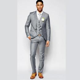Vestito di estate grigio chiaro online-Smoking da smoking grigio chiaro estivo con scollo a risvolto, abbottonatura, abbottonatura, vestibilità formale, giacca da uomo, giacca + gilet + pantaloni