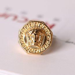 anelli di gioielli imitazione Sconti Anello di barretta di acciaio di titanio dell'acciaio di vendita calda dell'anello dei nuovi uomini all'ingrosso di Medusa Europa ed America Hollow fuori anello dorato