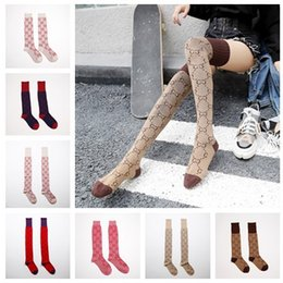 Calcetines rojos vintage online-Algodón calcetines del tubo largo con Línea Dorada muchachas de las mujeres de la vendimia de la manera sobre Sexy rodilla alta medias de red en estrella Rojos Deportes calcetines largos C101501