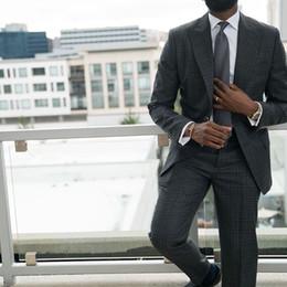 Smoking da uomo bello da uomo Blazer nero Abiti con due bottoni Peakled risvolto Due pezzi Abiti uomo con spalline Custom Made cheap handsome black mens suits da vestiti di mens neri belli fornitori