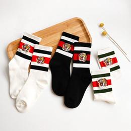 Medias de cabeza online-Calcetines de lujo tigre de la manera Cabeza bordado calcetín Negro rayado rojo Deportes pegan la mitad de la mitad de las mujeres la pareja SCOK Medias C72706