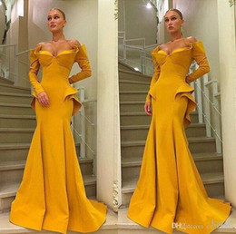 Vestito lungo dalla damigella d'onore giallo online-2019 New Yellow Sweetheart Full Length Sexy Sirena Dubai Arabo Prom Party Abiti Couture Increspature Increspature Dettaglio Maniche lunghe Abiti da sera