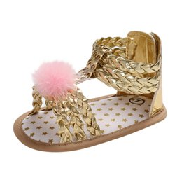 Детские розовые сандалии онлайн-Summer Baby Girls Sandals Roman Style Hair Ball Soft Bottom 2019 New Children Fashion Shoes Gold Pink Silver Infant Shoes #YL1