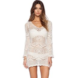 Tops de trajes de baño blancos online-¡Envía el cinturón gratis! Las mujeres de playa bikini cubren protector solar blusas vestidos de fiesta sexy Hollow crochet White Lace trajes de baño ropa de playa camisas tops