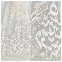 Ropa hecha a mano decoración online-Vestido de novia de encaje bordado de lentejuelas plumas hecho a mano tejido de malla diy ropa materiales de decoración accesorios