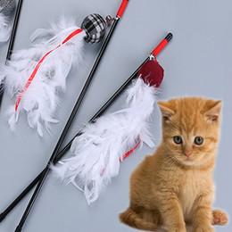 2019 juego de palo Juguetes para gatos Producto de mascotas Producto para mascotas Juguete divertido para gatos Con pequeñas plumas mixtas Jugando a la varita Gatito Juguetes de entrenamiento para mascotas juego de palo baratos