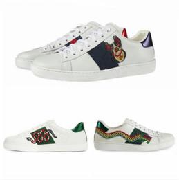 a828267e1c8 2019 Nouveaux hommes designer chaussures Mix 15 modèles Ace Top en cuir  chaussures marque de luxe chaussures Casual avec fleur brodée abeille tigre  grande ...