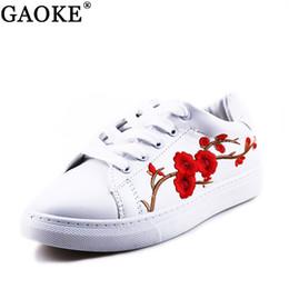 b5a2089a9 Mulheres Sapatos 2018 Primavera Bordado Flor Chique Feminino Sapatos Casuais  Tênis De Couro Branco Floral Vermelho Do Vintage Estilo 36-40