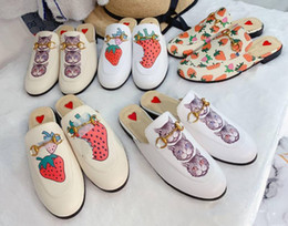 Gato de sandália on-line-2019 designer loafer sandals princetown horsebit mules slipper with box suedue metal chain slipper cats strawberry embroidered