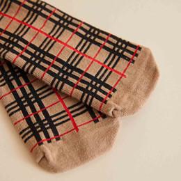 2.020 crianças de luxo Meias Moda Infantil Designer Casual Plaid Stripes Socks Crianças Estilo da faculdade de Sock Primavera Tendência Top Quality de Fornecedores de slip de renda de nylon