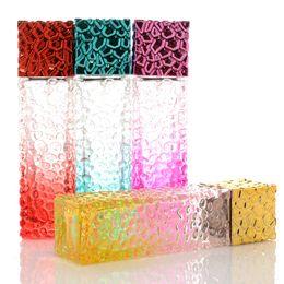 Bouteilles de parfum en verre portatives colorées de nouveau style avec le vaporisateur vide atomiseur bouteilles réutilisables 50ml à vendre ? partir de fabricateur