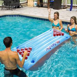 Mesas de agua online-Venta caliente 24 portavasos PVC inflable Cerveza Pong Mesa Piscina Flotador Fiesta de agua Diversión Colchón de aire Salón de hielo Enfriador de hielo, HA093