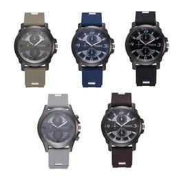 2019 relógio de pulseira chapeada Homens de placa de discagem dupla Rodada em forma de quartzo relógios pulseira moda simples liga relógios relógio de pulso desconto relógio de pulseira chapeada