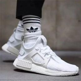 Hombres con calcetines online-Nuevos calcetines de baloncesto de diseños para caballeros engrosadas hombre altos calcetines negros deportivos de lujo medias blancas llevan calcetines para hombre de largo corriendo para las mujeres