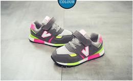 Zapato suave rosa bebé online-2019 New Kids Toddler Shoes For Baby Boys Girls Niños Casual Zapatillas de deporte de malla transpirable zapatos suaves gris blanco rosa