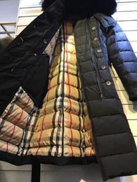 Abrigo largo de parka online-las mujeres Marca Página oficial nuevos productos mujeres femeninas mitad de la longitud por la chaqueta 100% real piel de mapache por parkas sección larga abajo de la capa