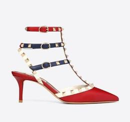Diseñador Punta puntiaguda Espárragos Remaches de charol Sandalias Mujeres Tachonado Zapatos de vestir con tiras San Valentín 10CM 6CM Zapatos de tacón altoC00252 desde fabricantes