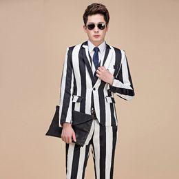Вертикальные белые полосы онлайн-Abrigo Hombre male black white vertical stripes Slim flower suit night field male singer trend hair stylist suits(suit+pants)