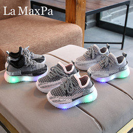 Мигающие мальчики в кроссовках онлайн-New Baby Flashing Lights Sneakers Toddler Little Kid LED Sneakers Children Luminous Shoes Boys Girls Sport Running Shoes