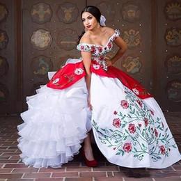 verde azeitona bola vestidos Desconto Elegante Tradicional Vermelho E Branco Bola Vestido Bordado Quinceanera Vestidos Com Cristal Fora Do Ombro Doce 16 Vestido de 15 Anos Vestidos de Festa de Formatura