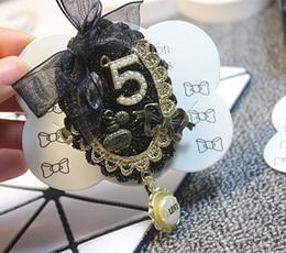 corona del fiore del rhinestone Sconti Nuovo arrivo nappa fiore corona numero 5 spilla di lusso perla strass marca designer vestito spilla in pizzo famoso marchio di gioielli spilla
